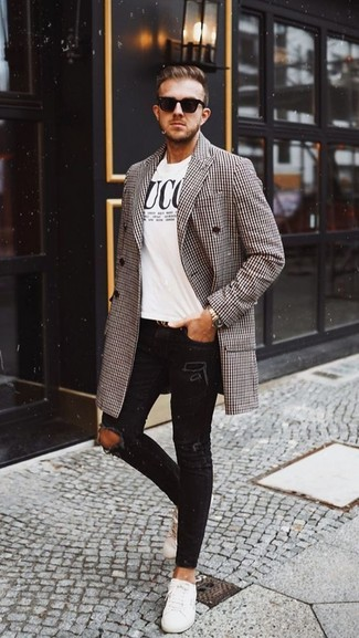 Comment porter: pardessus en pied-de-poule marron, t-shirt à col rond imprimé blanc et noir, jean skinny déchiré noir, baskets basses en cuir blanches