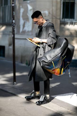 Comment porter: pardessus écossais gris foncé, t-shirt à col rond blanc, jean skinny noir, bottes de loisirs en cuir noires