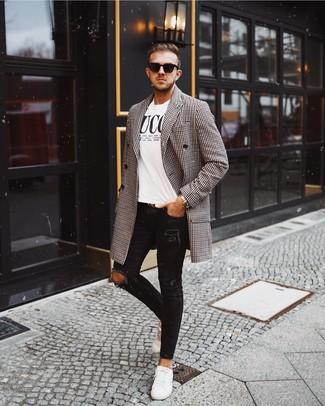 Comment porter: pardessus en vichy noir et blanc, t-shirt à col rond imprimé blanc et noir, jean skinny déchiré noir, baskets basses en cuir blanches