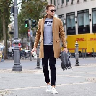 Comment porter: pardessus marron clair, t-shirt à col rond imprimé gris, jean skinny déchiré noir, baskets basses blanches