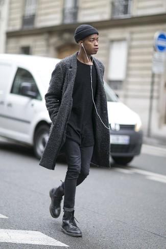 Comment porter un bonnet noir: Harmonise un pardessus gris foncé avec un bonnet noir pour une tenue relax mais stylée. Choisis une paire de des bottes de loisirs en cuir noires pour afficher ton expertise vestimentaire.