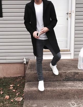 Comment porter un jean skinny gris foncé: Essaie de marier un pardessus noir avec un jean skinny gris foncé pour une tenue confortable aussi composée avec goût. Mélange les styles en portant une paire de des baskets basses en cuir blanches.
