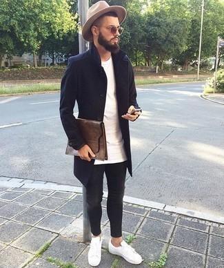 Comment porter un jean skinny gris foncé: Marie un pardessus bleu marine avec un jean skinny gris foncé pour une tenue idéale le week-end. Tu veux y aller doucement avec les chaussures? Choisis une paire de des baskets basses en cuir blanches pour la journée.