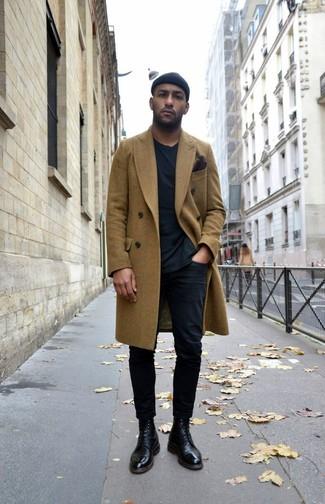 Comment porter: pardessus olive, t-shirt à col rond noir, pantalon chino noir, bottes habillées en cuir noires