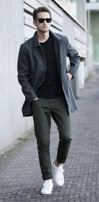 Comment porter: pardessus gris foncé, t-shirt à col rond noir, pantalon chino olive, baskets basses blanches