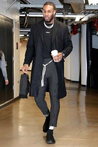Comment porter: pardessus noir, t-shirt à col rond imprimé noir et blanc, pantalon chino à rayures verticales noir et blanc, chaussures de sport noires