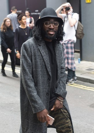 Comment porter: pardessus écossais gris foncé, t-shirt à col rond noir, pantalon chino camouflage olive, chapeau en laine noir