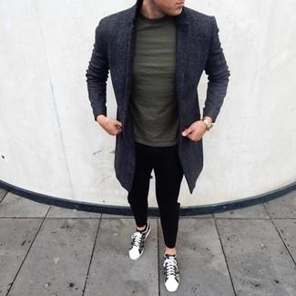 Comment porter un t-shirt à col rond vert foncé: Pour créer une tenue idéale pour un déjeuner entre amis le week-end, marie un t-shirt à col rond vert foncé avec un pantalon chino noir. Une paire de des baskets basses camouflage olive est une option génial pour complèter cette tenue.