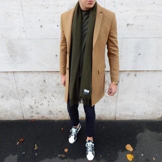 Comment porter: pardessus marron clair, t-shirt à col rond vert foncé, pantalon chino bleu marine, baskets basses camouflage olive