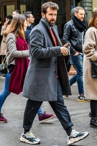 Comment porter un t-shirt à col rond rouge: Pense à opter pour un t-shirt à col rond rouge et un pantalon chino noir pour un déjeuner le dimanche entre amis. Si tu veux éviter un look trop formel, complète cet ensemble avec une paire de des chaussures de sport multicolores.