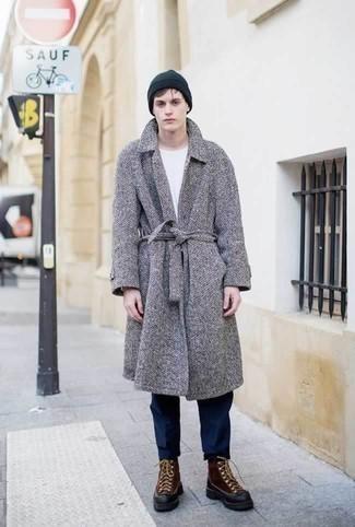 Comment porter un pardessus à chevrons gris: Marie un pardessus à chevrons gris avec un pantalon chino bleu marine pour un look idéal au travail. Jouez la carte décontractée pour les chaussures et opte pour une paire de des bottes d'hiver en cuir marron.