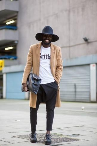 Comment porter une pochette en cuir noire: Associe un pardessus marron clair avec une pochette en cuir noire pour une tenue relax mais stylée. Fais d'une paire de des chaussures derby en cuir noires ton choix de souliers pour afficher ton expertise vestimentaire.