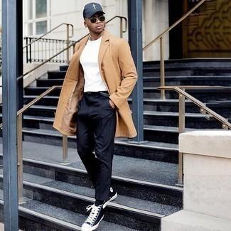 Comment s'habiller quand il fait froid: Harmonise un pardessus marron clair avec un pantalon chino bleu marine si tu recherches un look stylé et soigné. Si tu veux éviter un look trop formel, fais d'une paire de des baskets montantes en toile bleu marine et blanc ton choix de souliers.
