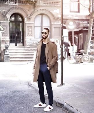 Comment porter un pardessus marron clair: Associe un pardessus marron clair avec un pantalon chino bleu marine pour aller au bureau. Tu veux y aller doucement avec les chaussures? Assortis cette tenue avec une paire de des baskets basses en cuir imprimées blanches pour la journée.