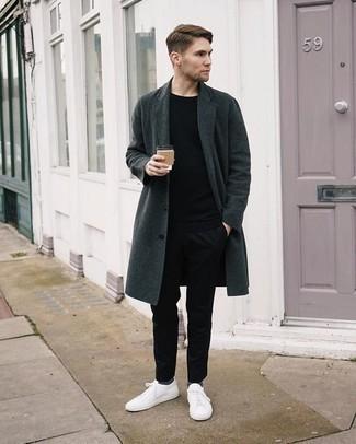 Comment s'habiller quand il fait froid: Essaie de marier un pardessus gris foncé avec un pantalon chino noir pour créer un look chic et décontracté. D'une humeur créatrice? Assortis ta tenue avec une paire de des baskets basses en toile blanches.