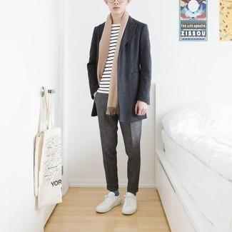 Comment porter des baskets basses en toile blanches: Harmonise un pardessus gris foncé avec un pantalon chino gris pour aller au bureau. Décoince cette tenue avec une paire de des baskets basses en toile blanches.
