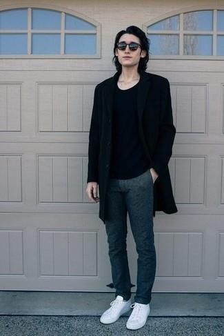 Comment porter des baskets basses en toile blanches: Associe un pardessus noir avec un pantalon chino bleu marine pour un look idéal au travail. Si tu veux éviter un look trop formel, assortis cette tenue avec une paire de des baskets basses en toile blanches.