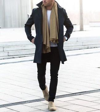 Comment porter un pardessus bleu marine: Essaie de marier un pardessus bleu marine avec un pantalon chino noir si tu recherches un look stylé et soigné. Jouez la carte classique pour les chaussures et complète cet ensemble avec une paire de des bottines chelsea en daim beiges.