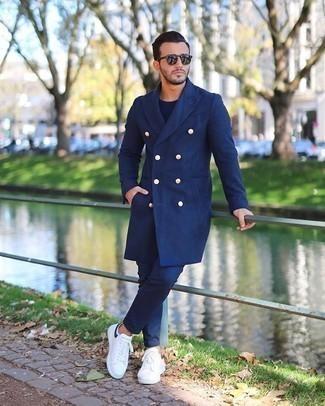 Comment porter un pardessus bleu marine: Associe un pardessus bleu marine avec un pantalon chino bleu marine pour un look idéal au travail. Mélange les styles en portant une paire de des baskets basses en toile blanches et noires.