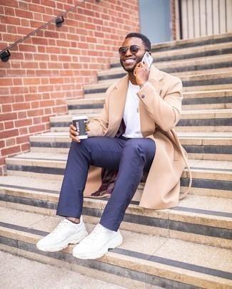 Comment porter des chaussettes invisibles bleu marine: Opte pour le confort dans un pardessus marron clair et des chaussettes invisibles bleu marine. Jouez la carte décontractée pour les chaussures et complète cet ensemble avec une paire de chaussures de sport blanches.