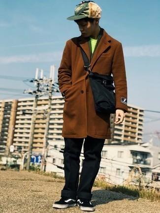 Comment porter un pardessus marron: Choisis un pardessus marron et un pantalon chino noir pour aller au bureau. Tu veux y aller doucement avec les chaussures? Complète cet ensemble avec une paire de baskets basses en toile noires et blanches pour la journée.