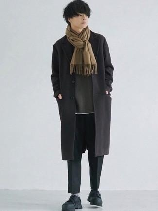 Comment s'habiller à l'adolescence: Associe un pardessus noir avec un pantalon chino noir pour un look idéal au travail. Tu veux y aller doucement avec les chaussures? Opte pour une paire de chaussures de sport noires pour la journée.