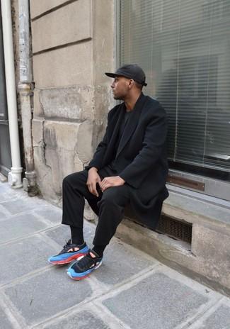 Comment porter: pardessus noir, t-shirt à col rond noir, pantalon de costume noir, chaussures de sport bleues