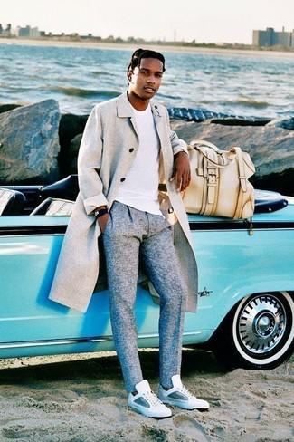 Comment porter: pardessus gris, t-shirt à col rond blanc, pantalon de costume en laine gris, baskets basses en cuir blanches