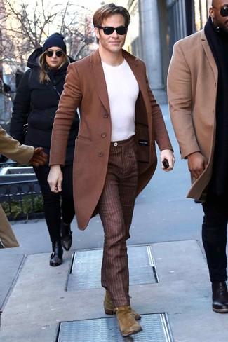 Comment porter: pardessus marron, t-shirt à col rond blanc, pantalon de costume à rayures verticales marron, bottines chelsea en daim olive