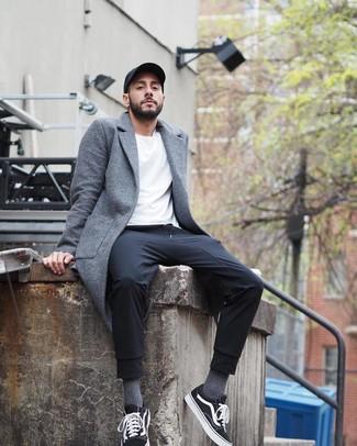 Comment porter: pardessus gris, t-shirt à col rond blanc, pantalon de jogging noir, baskets basses en toile noires et blanches
