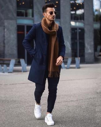 Comment porter une écharpe marron: Harmonise un pardessus bleu marine avec une écharpe marron pour une tenue idéale le week-end. Une paire de des baskets basses en toile blanches est une option génial pour complèter cette tenue.