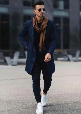Comment porter une écharpe marron: Pour une tenue aussi confortable que ton canapé, essaie d'harmoniser un pardessus bleu marine avec une écharpe marron. Une paire de des baskets basses en cuir blanches est une option astucieux pour complèter cette tenue.