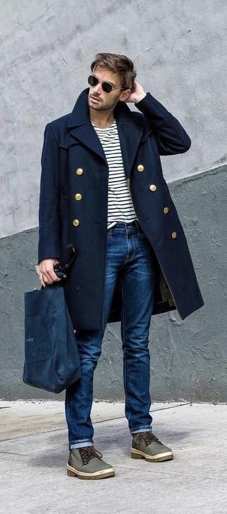 Comment porter: pardessus bleu marine, t-shirt à manche longue à rayures horizontales blanc et noir, jean bleu, bottines chukka en toile olive