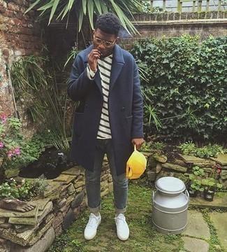 Comment porter des chaussettes beiges: Associe un pardessus bleu marine avec des chaussettes beiges pour une tenue relax mais stylée. Termine ce look avec une paire de des baskets basses en toile blanches.