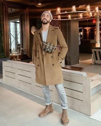 Comment porter un pardessus marron clair: Pense à harmoniser un pardessus marron clair avec un jean gris pour un look idéal au travail. Complète ce look avec une paire de des bottes de loisirs en daim marron clair.