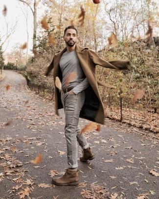 Comment porter un pardessus marron clair: Opte pour un pardessus marron clair avec un jean gris si tu recherches un look stylé et soigné. Une paire de des bottes de loisirs en cuir marron est une option judicieux pour complèter cette tenue.