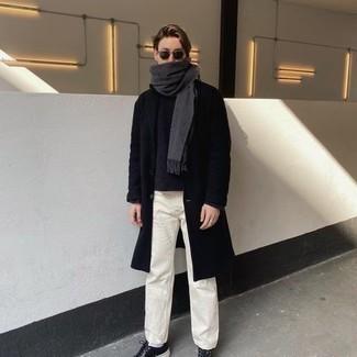 Comment porter des baskets basses en cuir noires: Associer un pardessus noir avec un jean blanc est une option génial pour une journée au bureau. D'une humeur audacieuse? Complète ta tenue avec une paire de baskets basses en cuir noires.
