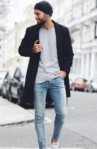 Comment porter: pardessus noir, t-shirt à manche longue gris, jean skinny bleu clair, baskets basses blanches