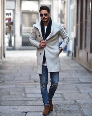 Comment porter: pardessus gris, t-shirt à manche longue blanc, jean skinny déchiré bleu, bottines chelsea en daim marron