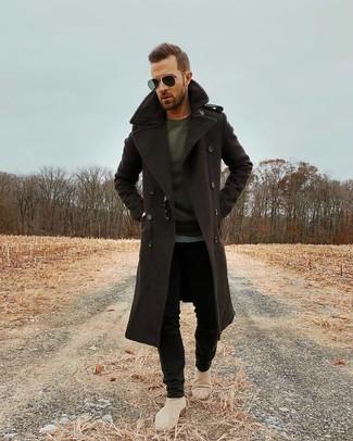 Comment porter: pardessus marron foncé, t-shirt à manche longue gris foncé, jean skinny noir, bottines chelsea en daim beiges