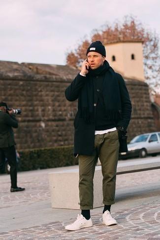 Comment s'habiller au printemps: Pense à associer un pardessus noir avec un pantalon chino olive pour prendre un verre après le travail. Pourquoi ne pas ajouter une paire de baskets basses en toile blanches à l'ensemble pour une allure plus décontractée? Au printemps ce look est un vrai bonheur.