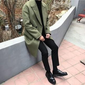Tendances mode hommes: Harmonise un pardessus olive avec un pantalon chino noir pour aller au bureau. Jouez la carte classique pour les chaussures et assortis cette tenue avec une paire de chaussures richelieu en cuir épaisses noires.
