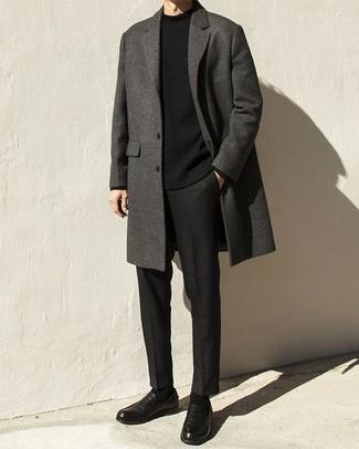 Tendances mode hommes: Harmonise un pardessus gris foncé avec un pantalon chino noir pour aller au bureau. Ajoute une paire de slippers en cuir noirs à ton look pour une amélioration instantanée de ton style.