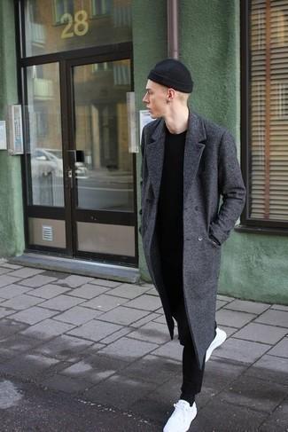 Tendances mode hommes: Pense à associer un pardessus gris foncé avec un pantalon chino noir pour créer un look chic et décontracté. Si tu veux éviter un look trop formel, complète cet ensemble avec une paire de baskets basses en toile blanches.
