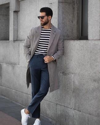 Comment porter: pardessus à rayures verticales gris, t-shirt à manche longue à rayures horizontales noir et blanc, pantalon de costume à carreaux gris foncé, baskets basses en cuir blanches