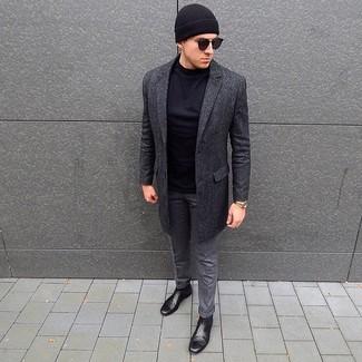 Comment porter: pardessus gris foncé, t-shirt à manche longue noir, pantalon de costume en laine gris, bottines chelsea en cuir noires