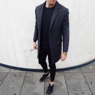 Comment porter: pardessus gris foncé, t-shirt à manche longue noir, pantalon de jogging noir, baskets basses noires