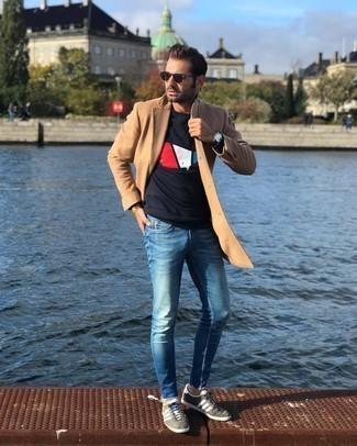 Comment porter un t-shirt à col rond noir à 30 ans: Harmonise un t-shirt à col rond noir avec un jean bleu pour une tenue confortable aussi composée avec goût. Une paire de baskets basses en daim grises s'intégrera de manière fluide à une grande variété de tenues.