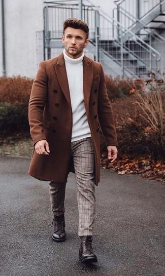 Comment porter un pardessus tabac: Essaie de marier un pardessus tabac avec un pantalon chino écossais marron clair si tu recherches un look stylé et soigné. Une paire de des bottes de loisirs en cuir marron foncé est une option génial pour complèter cette tenue.