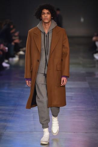 Comment porter: pardessus tabac, survêtement gris, baskets montantes en cuir blanches